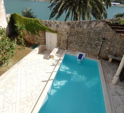Sehr schöne Villa in Stein gestaltet, direkt am Meer. (5)